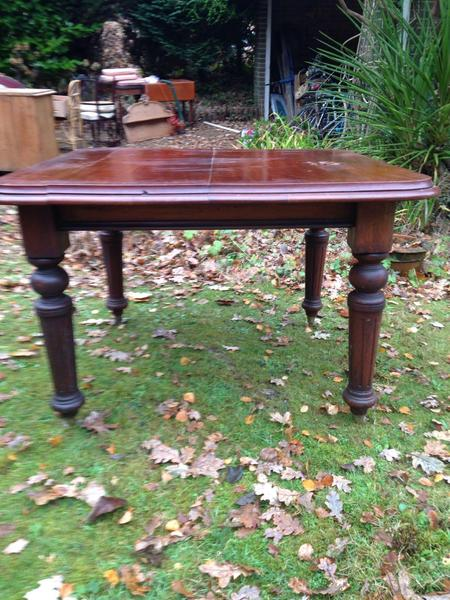 Mahogany dining room table with centre leaf in sandown for Dining table with leaf insert